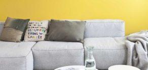 Ter uma parede amarela pode ajudar a tirar a energia negativa de sua casa