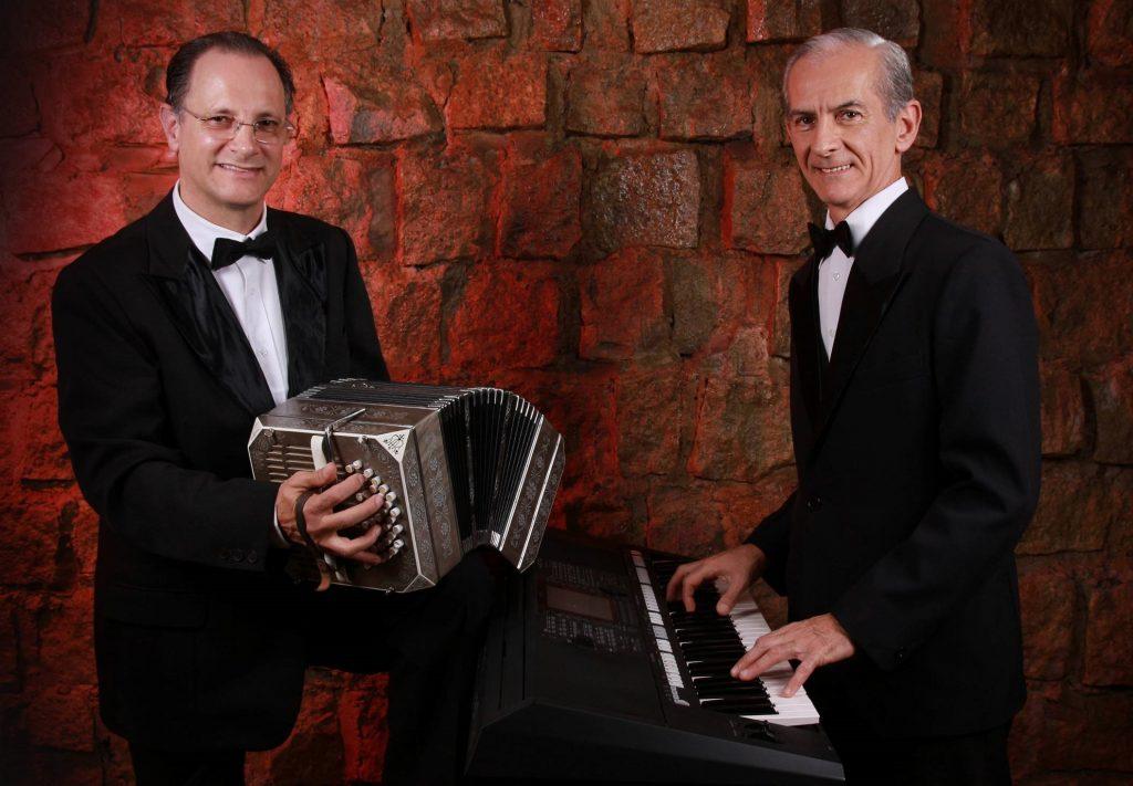 """À frente do espetáculo """"Tangos a Media Luz"""" está a dupla formada por Roberto Pinheiro (voz e piano) e Mano Monteiro (bandeneón)"""