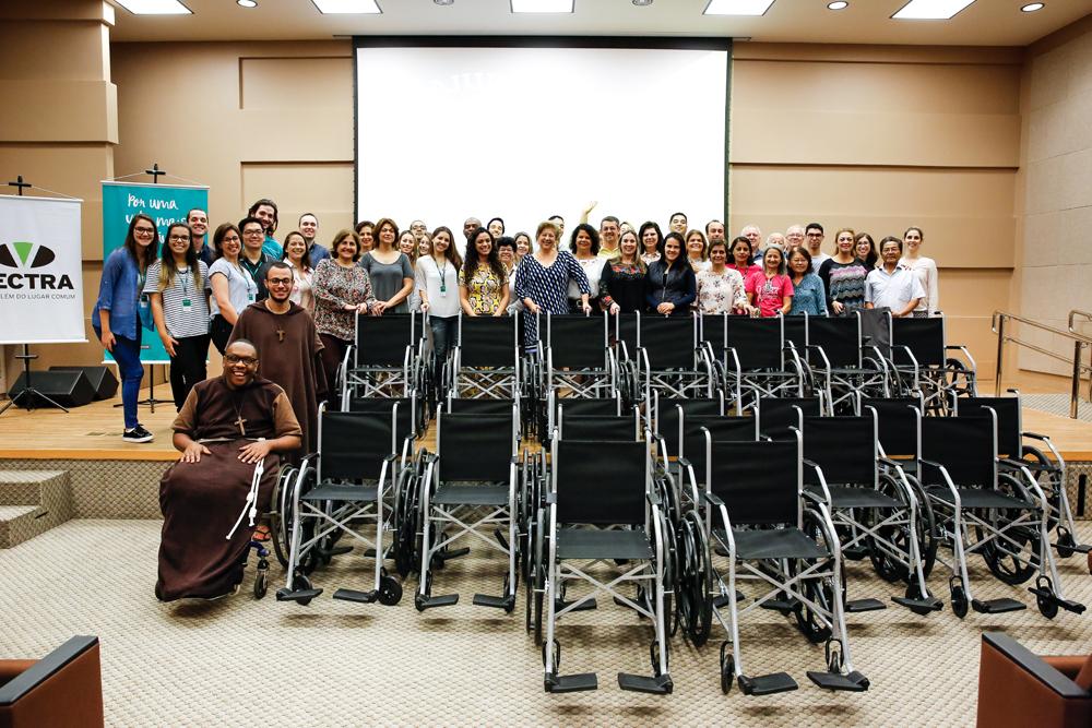 Campanha Eu Ajudo na Lata entrega 26 cadeiras de rodas