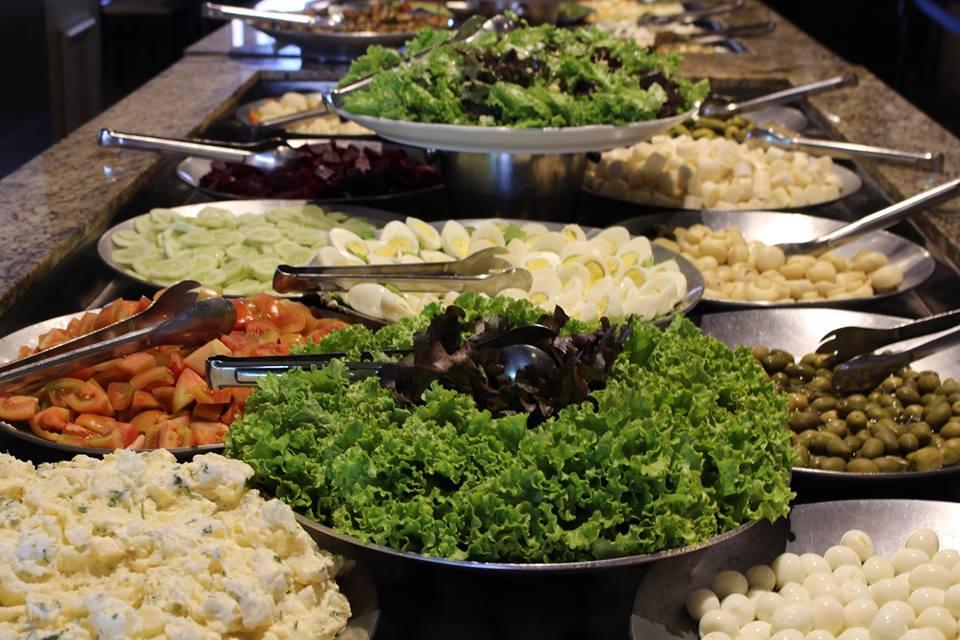 Opções de salada no almoço self-service do Restaurante O Casarão
