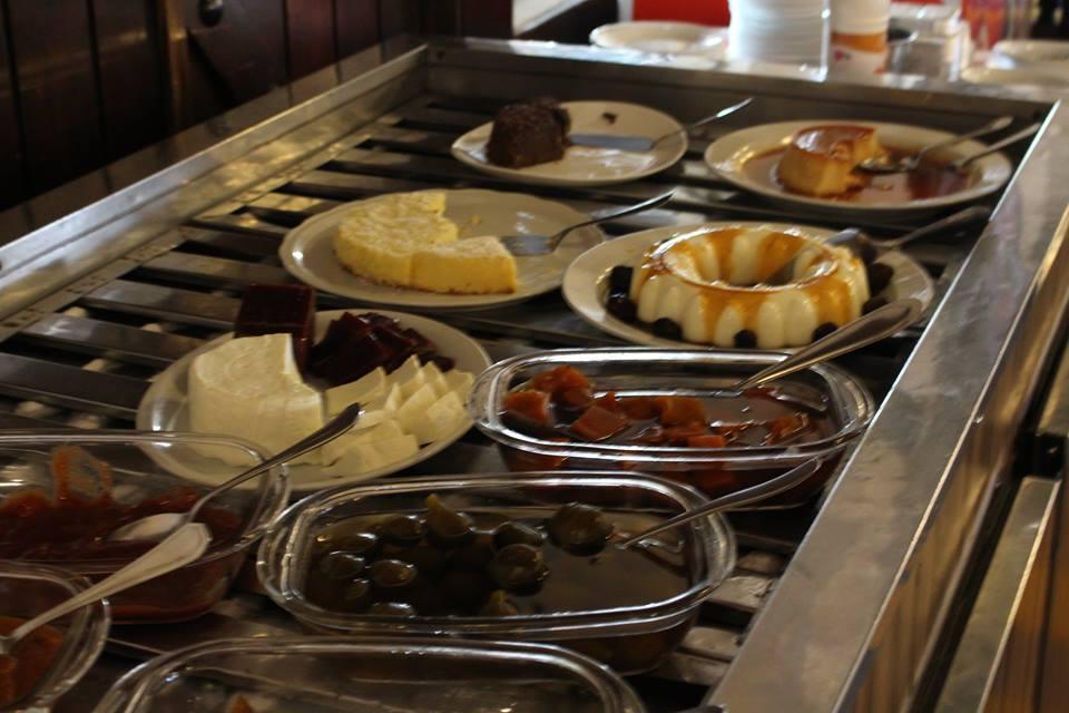 Opções de sobremesa no almoço self-service do Restaurante O Casarão