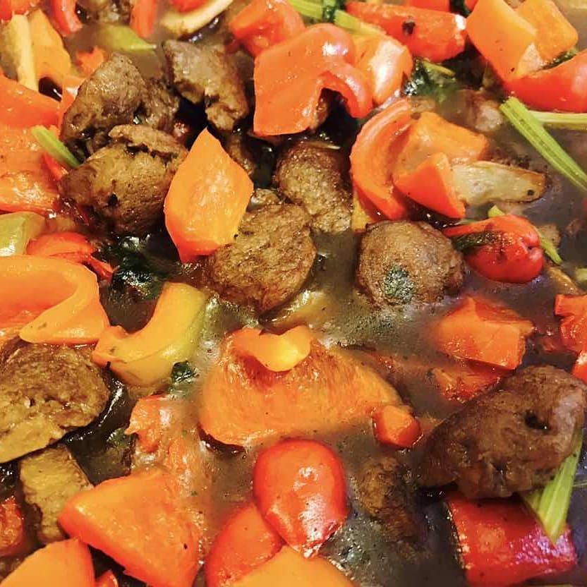 Frango Xadrez. O Tshu serve comida vegetariana e comida vegana!