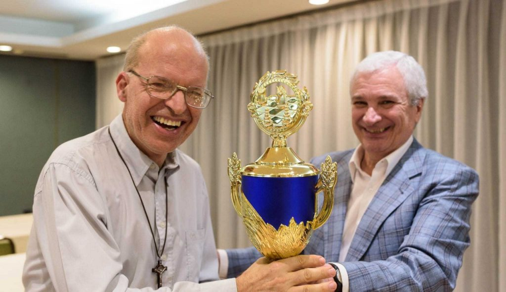 Mequinho recebendo um dos muitos troféus de sua carreira como enxadrista