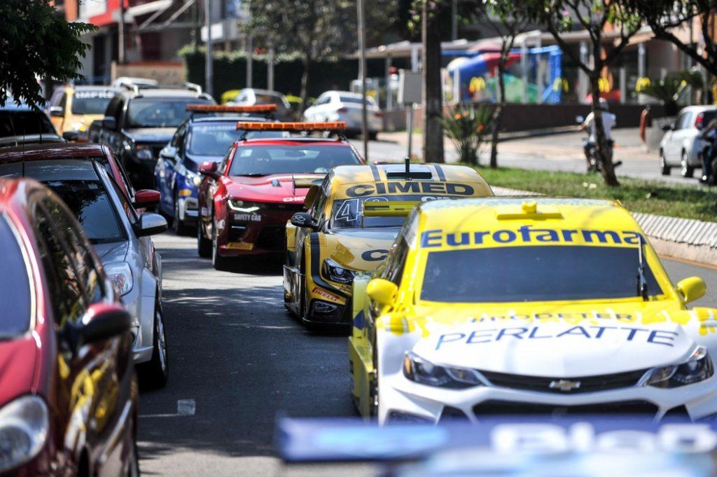 Quatro veículos da competição vão desfilar na cidade