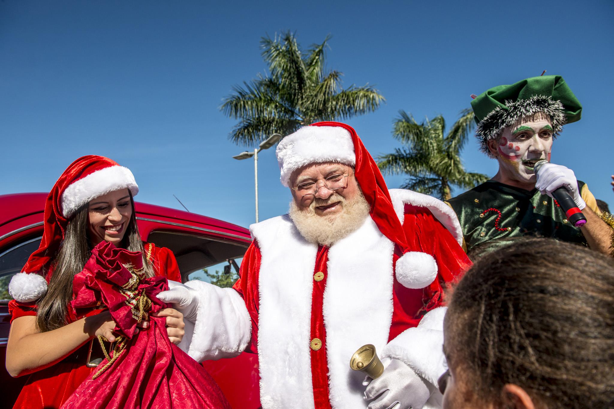 Comitiva de personagens e banda recebem o Noel no Londrina Norte