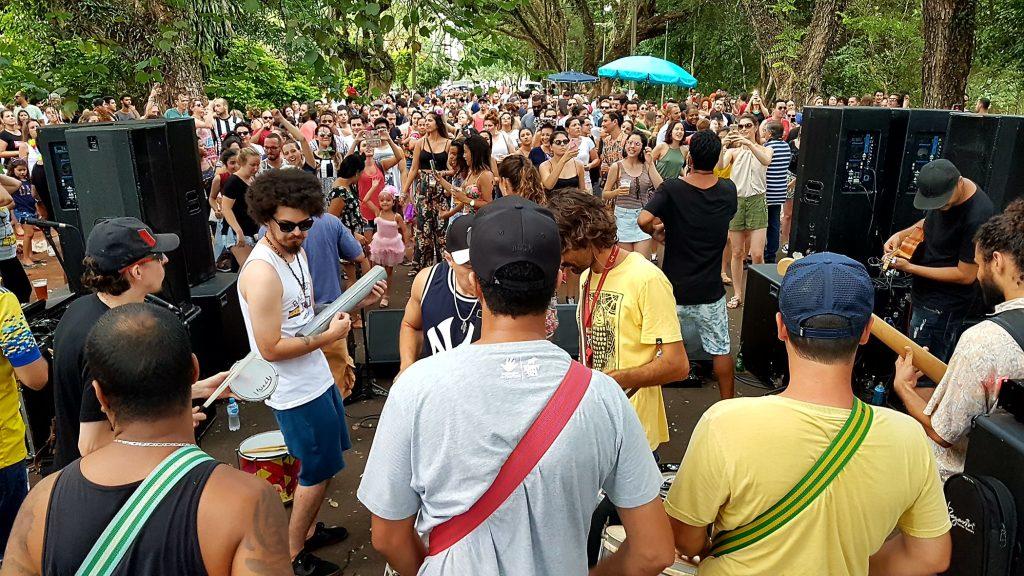 Trio elétrico bota Bloco Bafo Quente nas ruas de Londrina