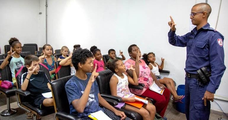 Guarda Municipal ministra aulas de introdução à Libras para crianças
