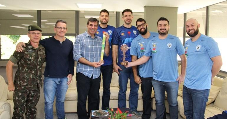 Equipe do Basquete Londrina visita a Prefeitura