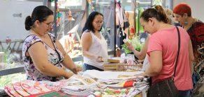 Artesãs expõem trabalho no saguão da Prefeitura de Londrina