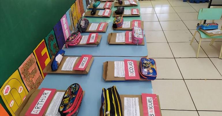 Escolas municipais começam a distribuir kits com material escolar para uso durante a pandemia