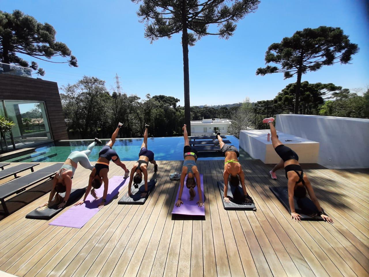 Brasileiros aproveitam o isolamento para aprender yoga
